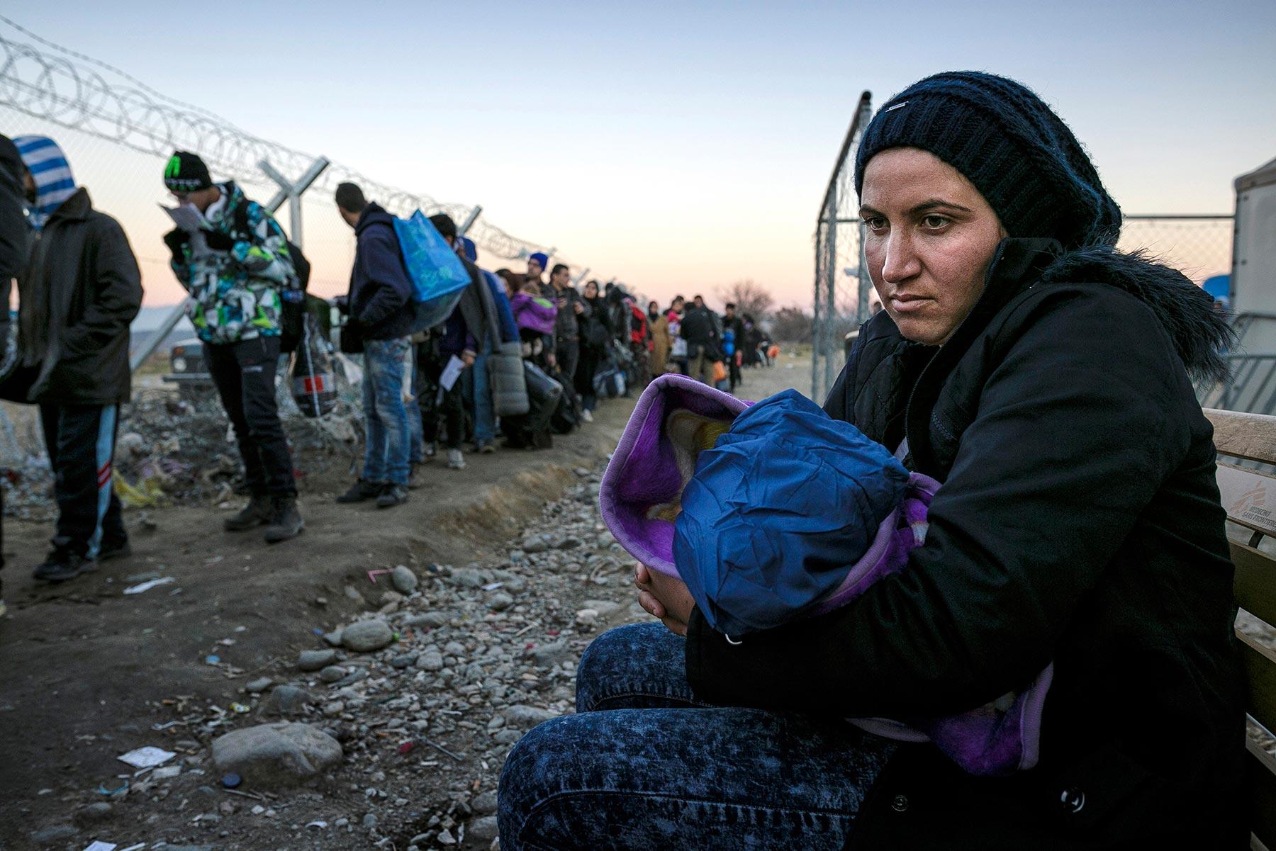 max-ferrero-dicembre-2015-grecia-sul-confine-di-idomeni-lunghe-file-di-profughi-aspettano-di-passare-in-macedonia-min