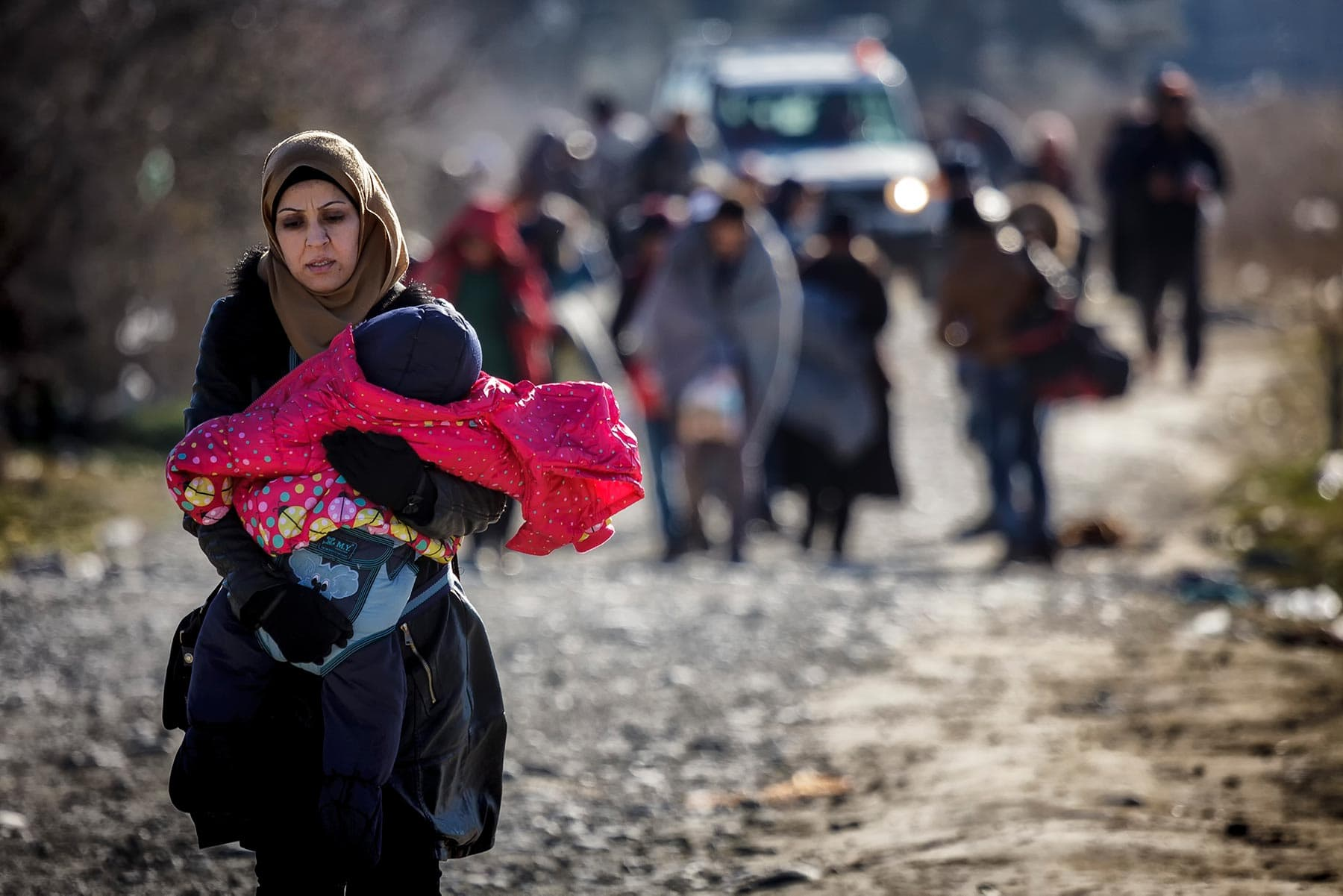 max-ferrero-dicembre-2015-macedonia-superata-la-frontiera-greca-i-profughi-si-dirigono-verso-il-campo-di-gevgelija-min