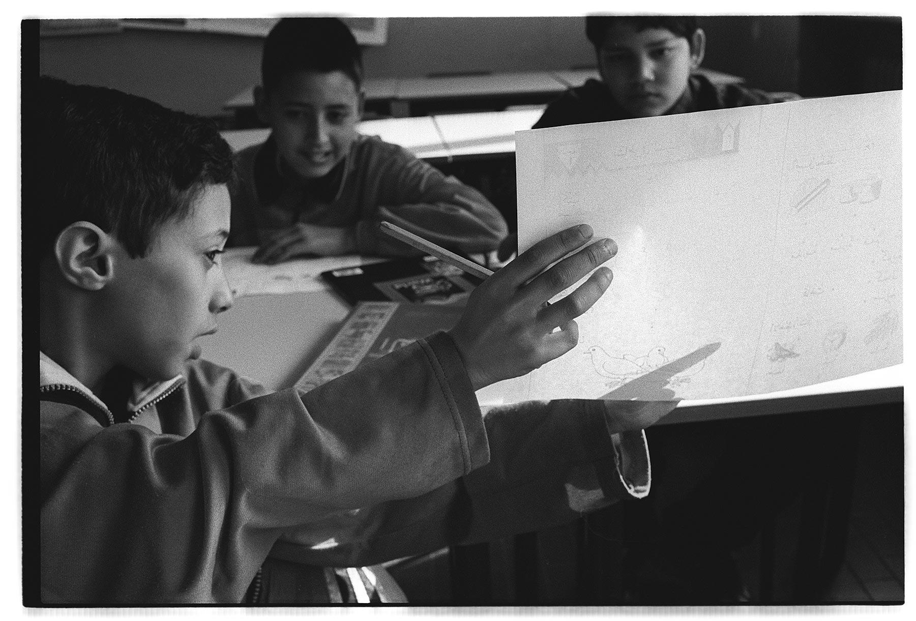 vincenzo-cottinelli-imparando-larabo-in-una-scuola-italiana-min